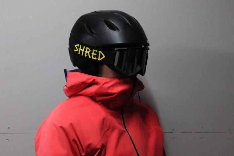 ヘルメットとゴーグルを着用した人