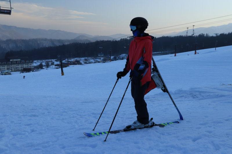 スキー板のテールを上げる