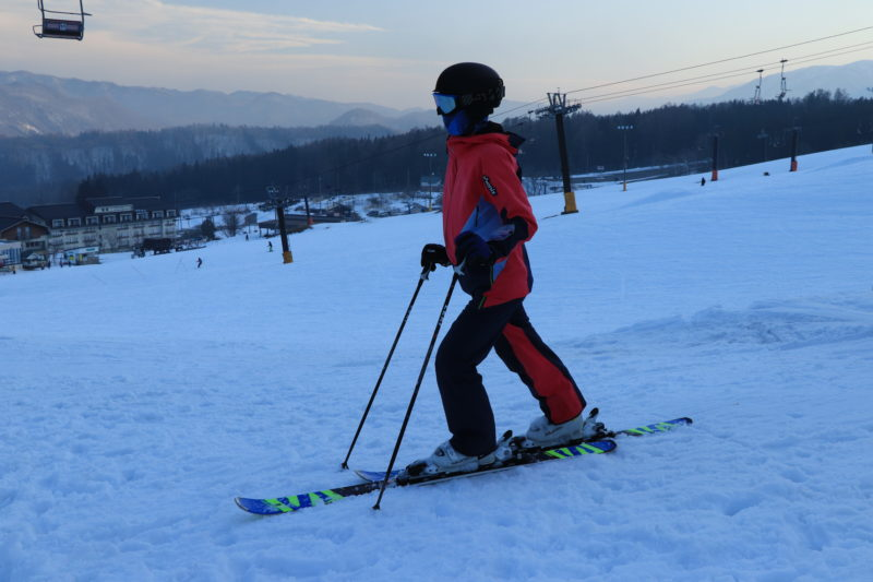 スキーを履いてアキレス腱を伸ばす