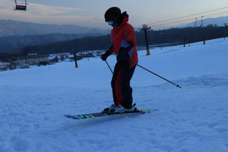スキー板を履いてジャンプする人