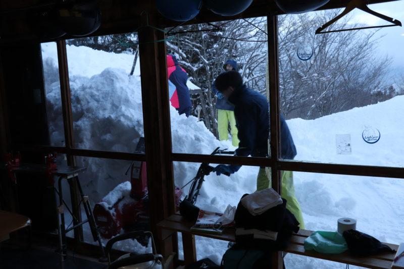 除雪する人