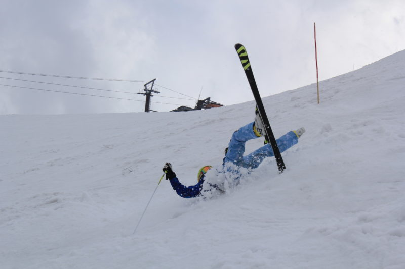 コブで転ぶスキーヤー