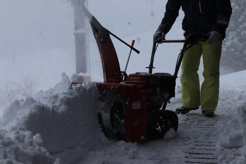 雪を除雪する人