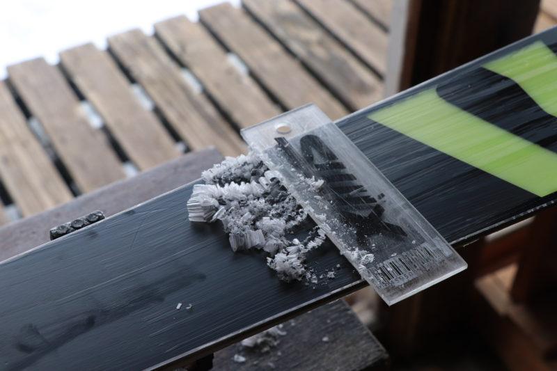 スキー板のワックスがけをする