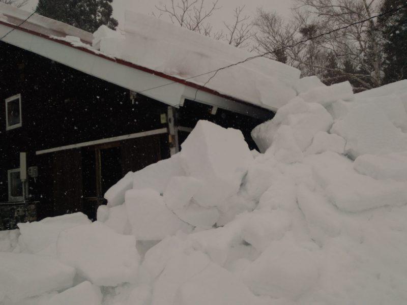 屋根雪の雪崩
