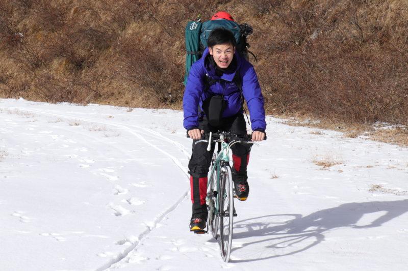 雪上をクロスバイクで走る