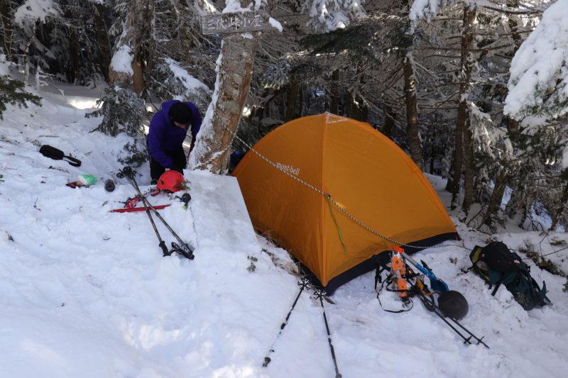 雪の上に張られたテント