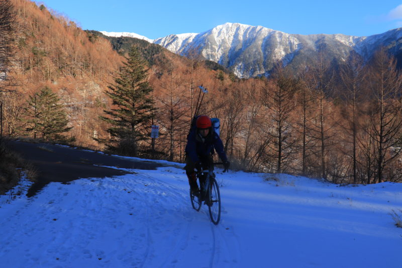 雪上をロードバイクで走る