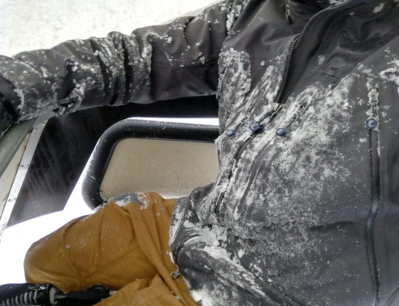 雪の付いたTBジャケットとTBパンツ