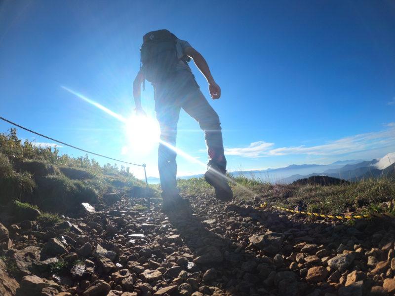 山道を歩く人