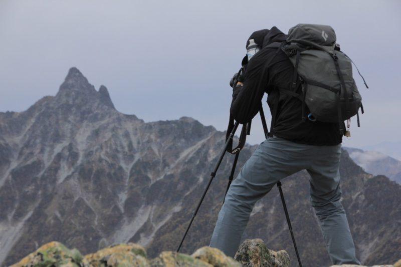 山で三脚を構える人